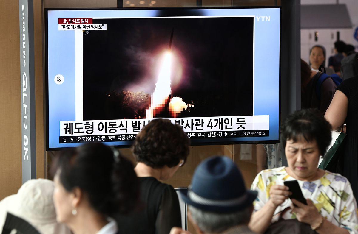 Bilder des nordkoreanischen Raketentests sind an einem Bahnhof in Seoul auf einem Fernseher zu sehen.