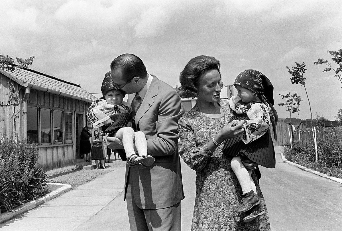 Jacques et Bernadette Chirac, en 1975 avec leurs deux filles, Claude et Laurence.