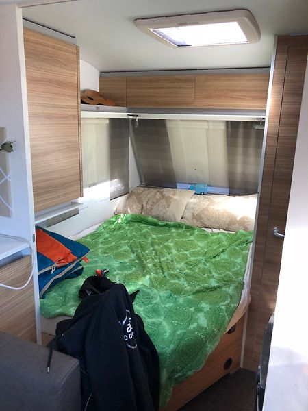 Im Wohnwagen: ein geräumiges Bett für zwei oder mehr Personen.
