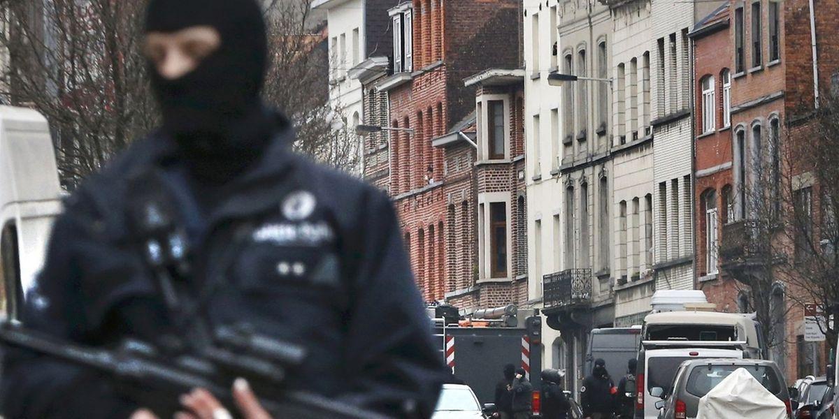 Der massive Polizeieinsatz in der Brüsseler Gemeinde Molenbeek hat zur Festnahme des Top-Terroristen und eines weiteren Verdächtigen geführt.
