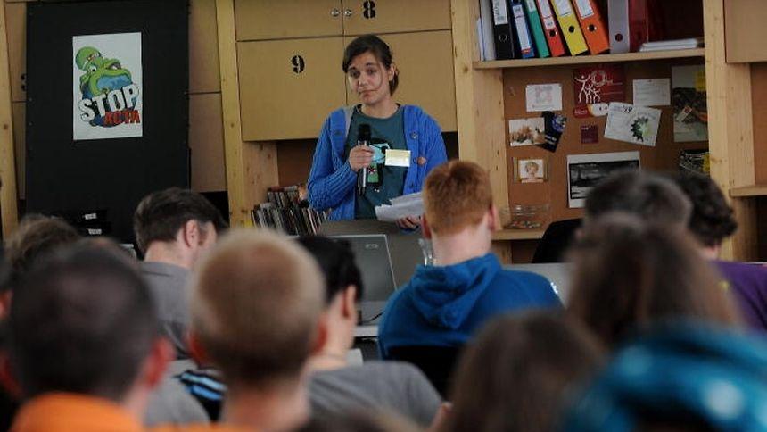 Amelia Andersdotter lors d'une de ses interventions samedi à Prague