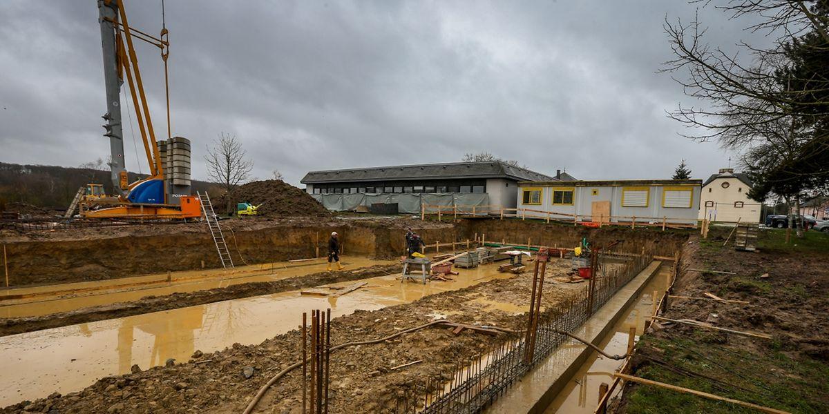 Die Bauarbeiten für den L-förmigen Neubau haben bereits begonnen.