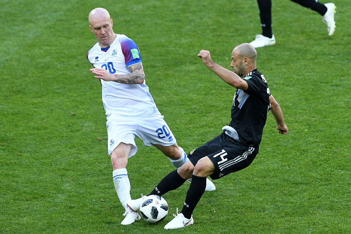 Iceland's midfielder Emil Hallfredsson (L) vies with Argentina's midfielder Javier Mascherano during the Russia 2018 World Cup Group D football match between Argentina and Iceland at the Spartak Stadium in Moscow on June 16, 2018. / AFP PHOTO / Francisco LEONG / RESTRICTED TO EDITORIAL USE - NO MOBILE PUSH ALERTS/DOWNLOADS