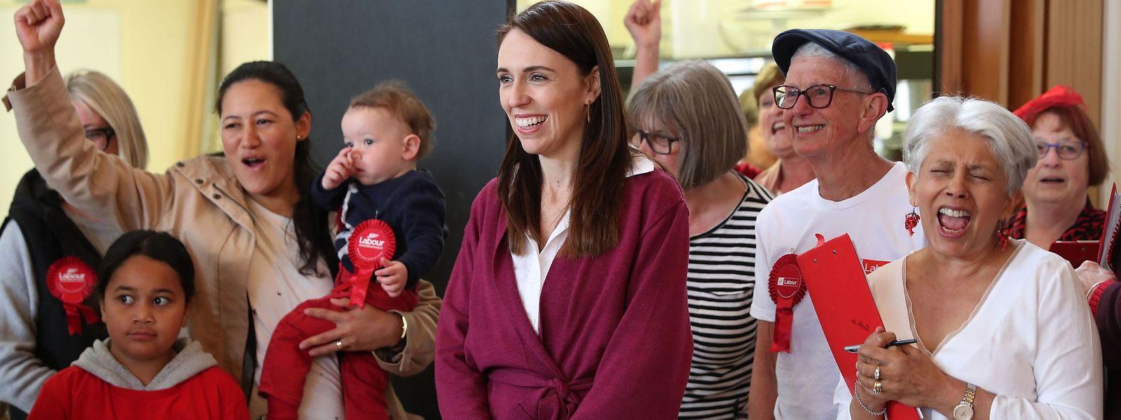 Jacinda Ardern mit Unterstützern am Wahltag.