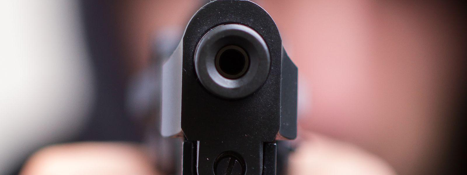 Eine Frau wurde am Montagmittag von zwei bewaffneten Männern ausgeraubt.