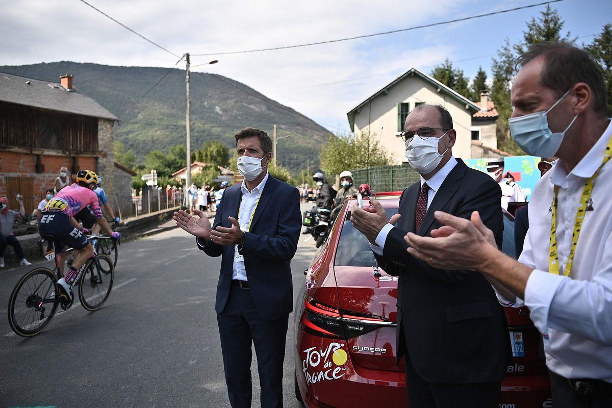 Noch am Samstag begleitete der französische Premierminister Jean Castex (Mitte) Tour-Direktor Christian Prudhomme.