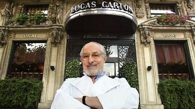 Le grand chef Alain Senderens pose devant l'entrée du restaurant Lucas-Carton, en 2002.