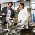 Philippe Limbourg dans les cuisines de l'un des restaurants de l'hôtel Le Royal avec le chef Patrice Noël.