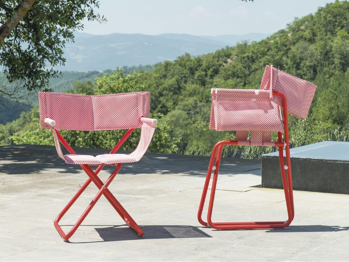 Klappbare Stühle in alter Optik sind zurück auf der Terrasse. Snooze von Emu besteht aus Stahlrohr.