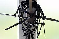 """ARCHIV - 02.06.2015, Bayern, Garmisch-Patenkirchen: Kabelbinder als Handschellen hängen an einem Fenstergriff im so genannten Abrams-Komplex, das eigenes für den G7-Gipfel als Polizei- und Justizzentrum eingerichtet wurde. (Zu dpa: """"Würge-Angriff mit Kabelbinder bei Kölner Karneval auf Trierer"""") Foto: Peter Kneffel/dpa +++ dpa-Bildfunk +++"""