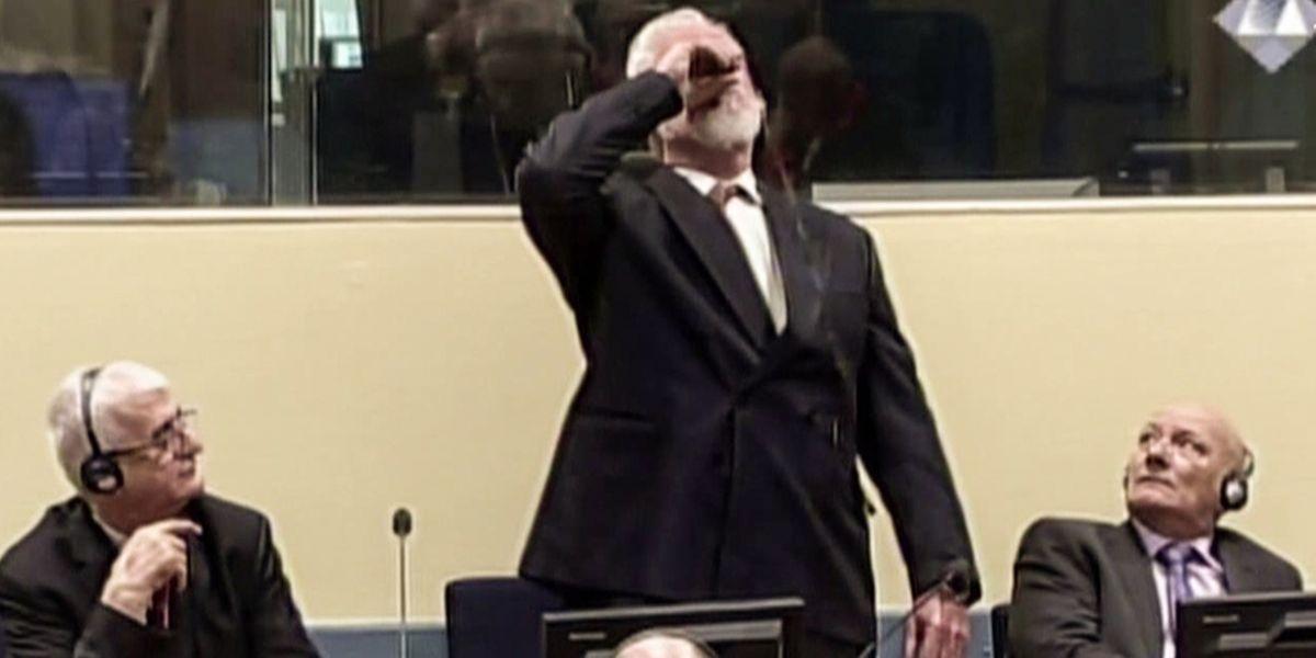 Le dramatique incident est survenu lors du prononcé du jugement en appel contre six anciens dirigeants et chefs militaires des Croates de Bosnie, accusés de crimes de guerre et de crimes contre l'humanité.