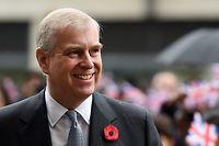 """ARCHIV - 09.11.2016, Großbritannien, London: Der britische Prinz Andrew kommt in der medizinischen Forschungseinrichtung Francis Crick. Der britische Prinz Andrew nimmt wegen seiner Verwicklung in den Epstein-Skandal vorerst keine offiziellen Aufgaben für die britische Königsfamilie mehr wahr. Das teilte der zweitälteste Sohn von Königin Elizabeth II. am Mittwochabend mit. (zu dpa: """"Prinz Andrew tritt vorerst von offiziellen Aufgaben für Royals zurück""""). Foto: Andy Rain/epa/dpa +++ dpa-Bildfunk +++"""