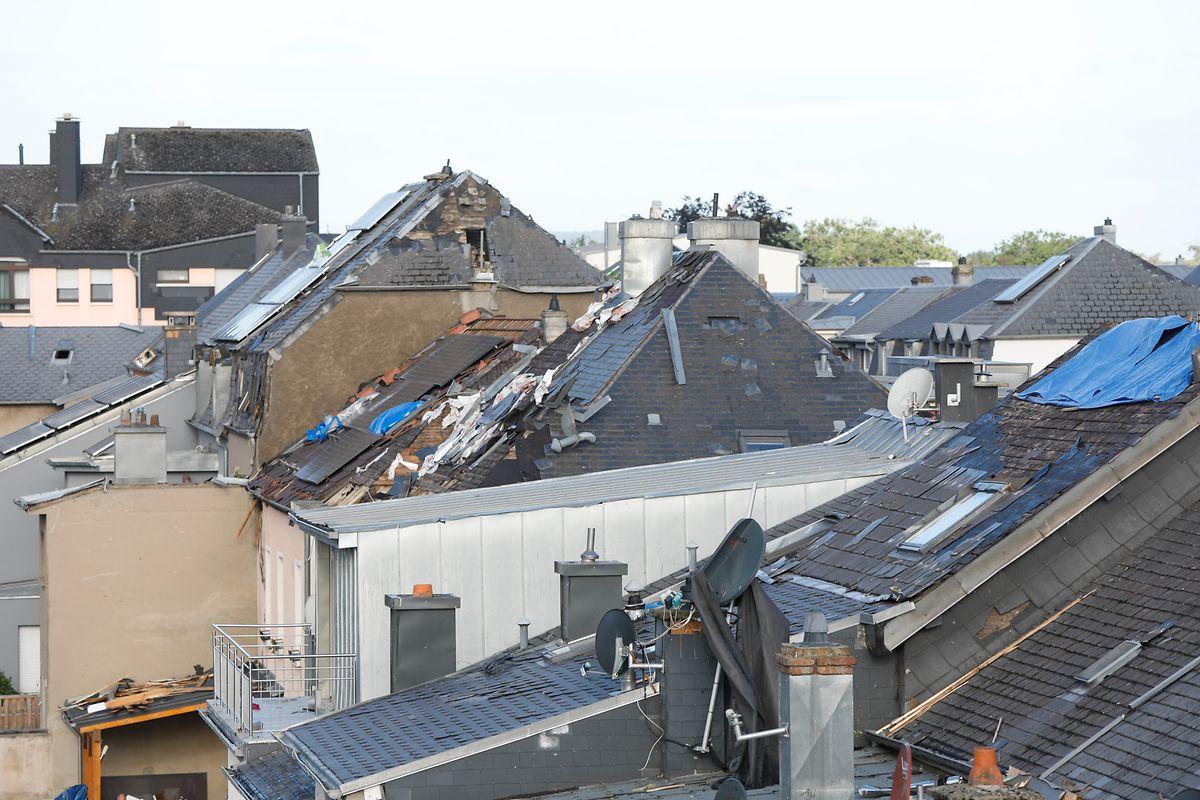 Die Dächer vieler Häuser sind beschädigt.