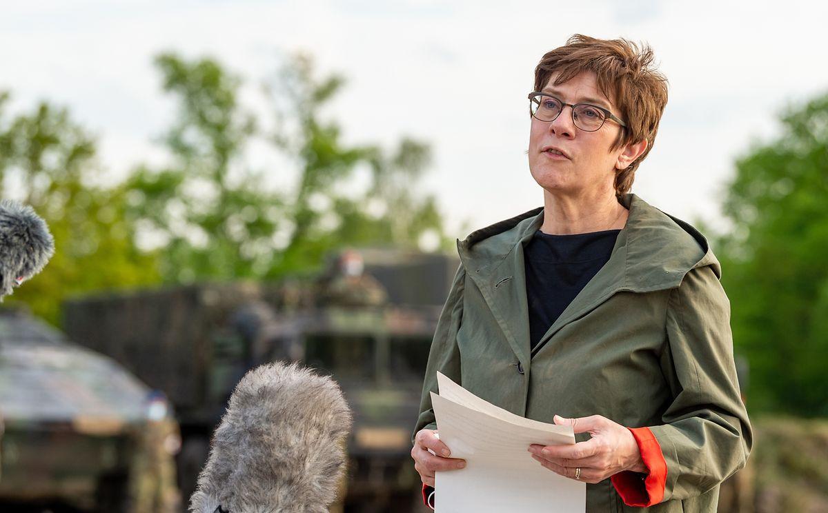 Annegret Kramp-Karrenbauer (M, CDU), Verteidigungsministerin, gibt ein Pressestatement.