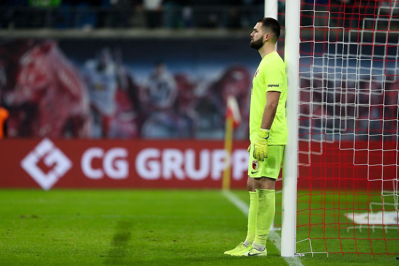 Enttäuscht verfolgt Augsburgs Torwart Tomas Koubek das Spiel gegen den RB Leipzig.