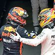 Lewis Hamilton (dir.) deu os parabéns a Max Verstappen (esq.)