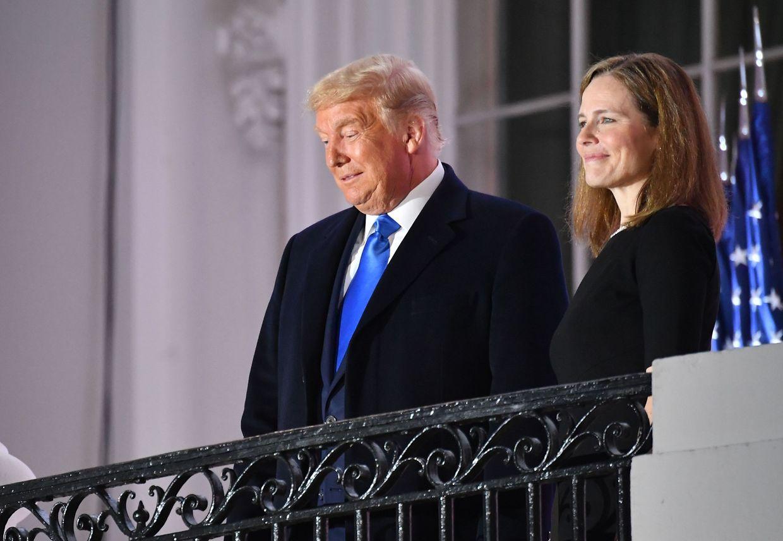 Die Richterin mit US-Präsident Trump nach ihrer Vereidigung.