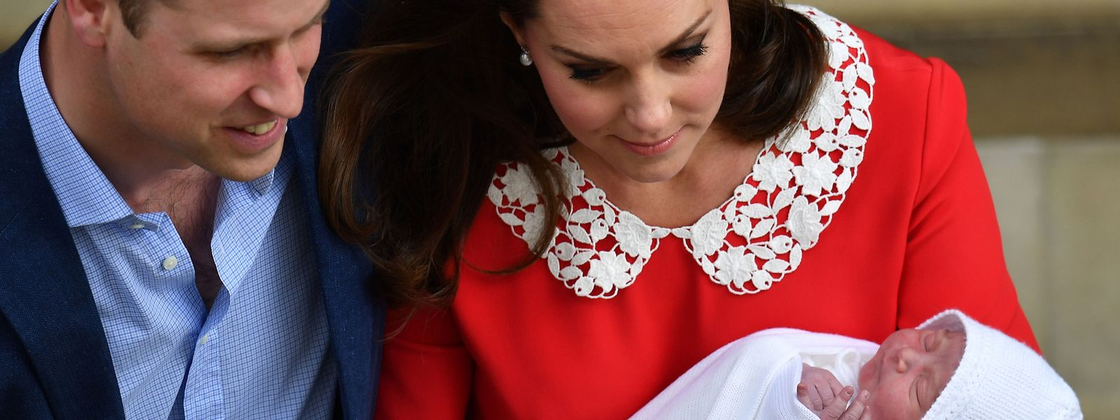 William und Kate stehen mit ihrem neugeborenen Kind vor dem St. Mary's Hospital im Londoner Stadtteil Paddington. Der Name des Prinzen ist aber immer noch ein Geheimnis.
