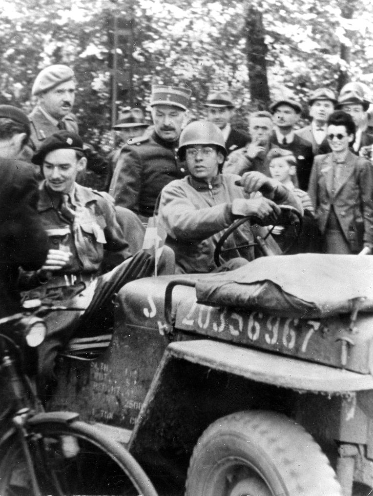 Le matin du 10 septembre 1944, le prince Jean (à g.) entre dans la capitale libérée. Avec son père, le prince Félix (en haut à g.), il est invité par la foule à se rendre à l'hôtel de ville.
