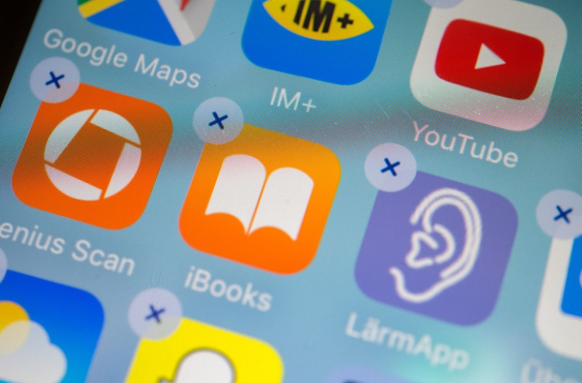 Vorinstallierte Programme wie iBooks oder die Börsen-App lassen sich bei Apples iOS vom Homescreen entfernen. Gelöscht werden sie dadurch aber nicht.