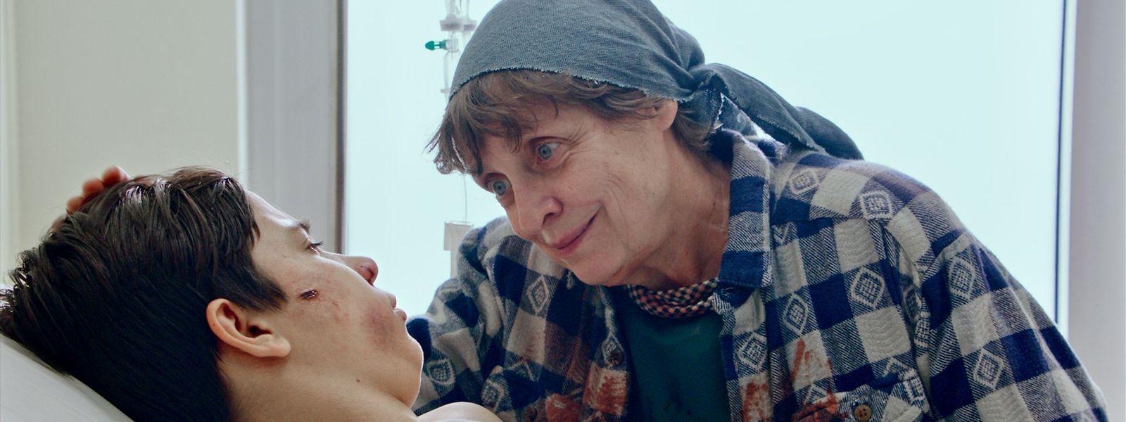 Katharina Thalbach (r.) spielt in Sandstern Anna, die sich liebevoll um Oktay kümmert.