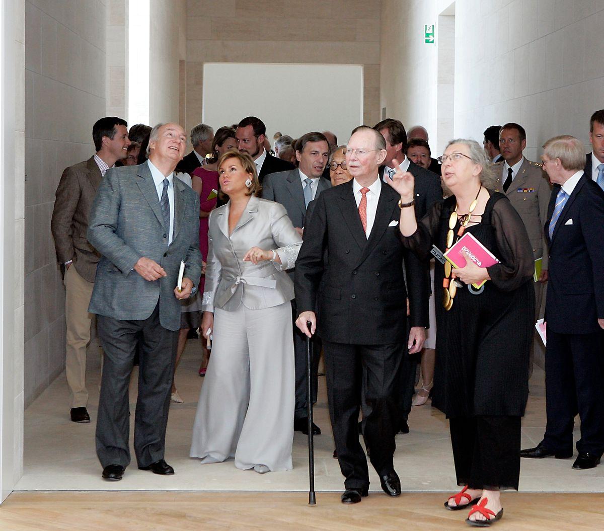 Marie-Claude Beaud erklärt Großherzog Jean im Juli 2006 die Eigenarten des Mudam, während sich Großherzogin Maria Teresa mit Aga Khan unterhält.