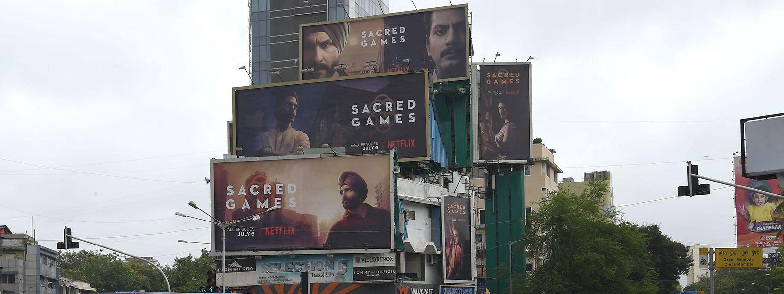 """Les panneaux d'affiche de la nouvelle série Netflix indienne """"Sacred Games"""" dans les rues de Mumbai."""