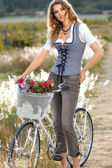 Der moderne Landhausstil kombiniert moderne Kleidungsstücke wie dieJeans zu Traditionellem wie dem Mieder eines Dirndls.