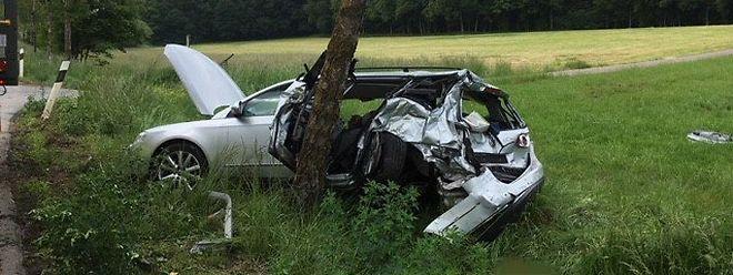 Le conducteur et sa passagère sont restés coincés dans l'habitacle suite au choc brutal contre l'arbre.
