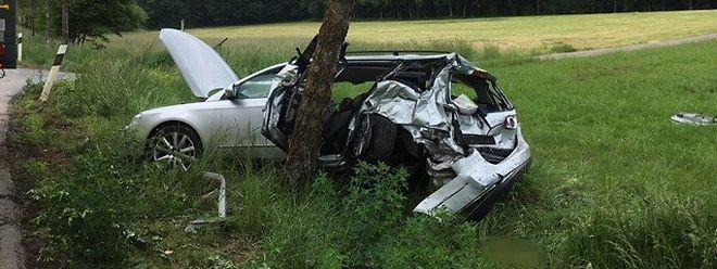 Fahrer und Beifahrer wurden im Wagen eingeklemmt.