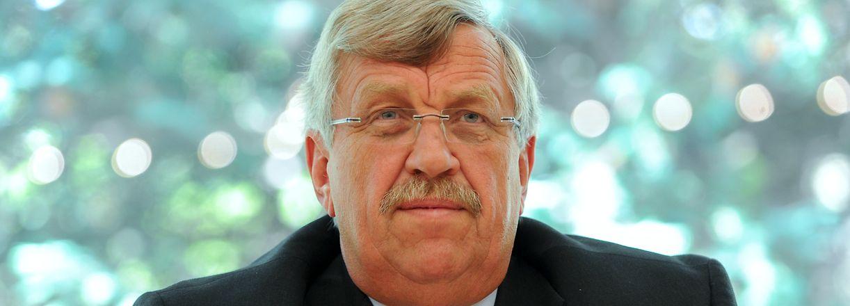 """25.06.2012, Hessen, Kassel: Walter Lübcke (CDU), Regierungspräsident von Kassel, spricht bei einer Pressekonferenz. (zu """"Generalbundesanwalt übernimmt Ermittlungen im Fall Lübcke"""") Foto: Uwe Zucchi/dpa +++ dpa-Bildfunk +++"""