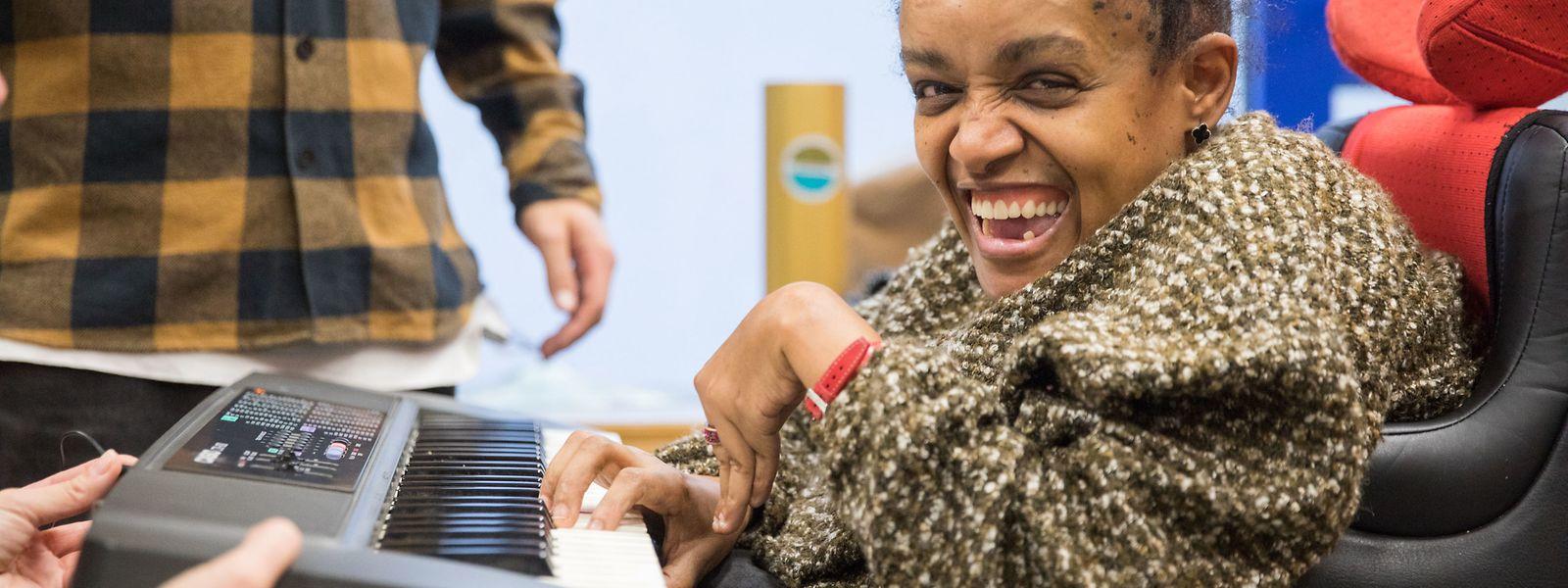 Die Workshopteilnehmerin Dolores ist mit Freude beim Beatmaking-Workshop dabei.