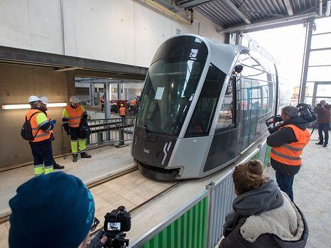 La première rame du Tram de Luxembourg est arrivée nuitamment le 8 février au Centre de remisage et de maintenance de Luxtram au Kirchberg.