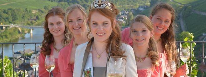 Werben für den Luxemburger Wein: die neue Rieslingkönigin Laura Demuth (Mitte) und ihre Prinzessinnen Fabienne Demuth, Laura Schill, Jeanne-Marie Wagener und Catherine Mathes (v.l.n.r.).
