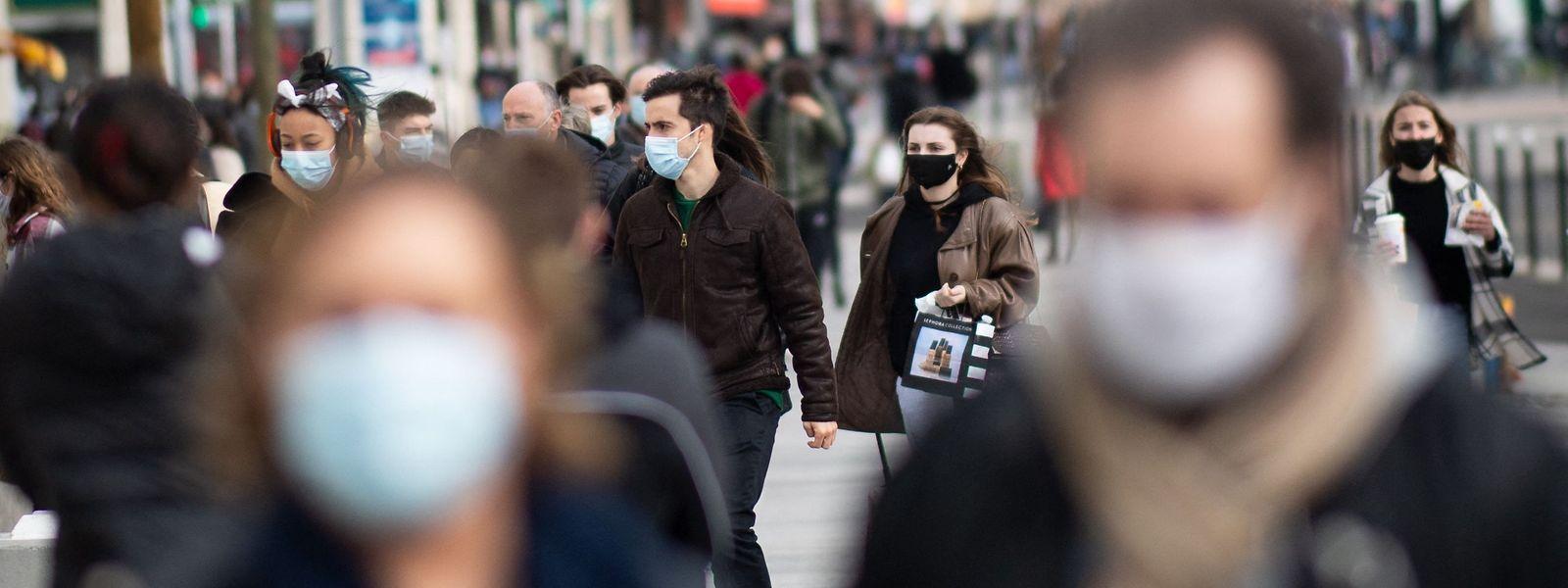 Le masque reste obligatoire dans les transports en commun ou en cours désormais, mais pas dans l'espace public.