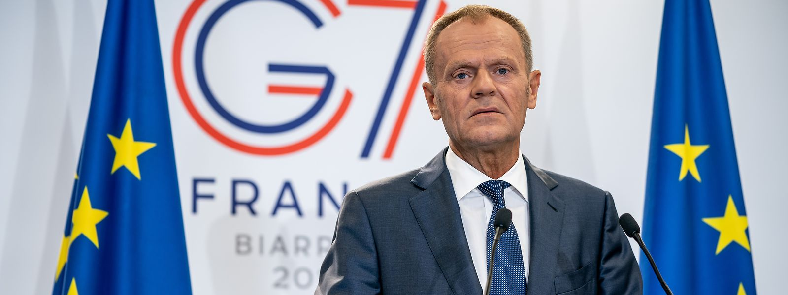 Kurz vor Beginn des G7-Gipfels in Biarritz in Frankreich, spricht der Präsident des Europäischen Rates Donald Tusk auf einer Pressekonferenz zu den anwesenden Journalisten.
