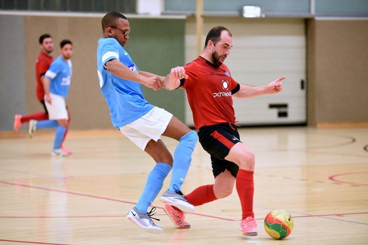 Abilio Costa (Futsal US Esch, en rouge) fait écran devant Carlos dos Reis Mascarenhas (Futsal Nordstad)