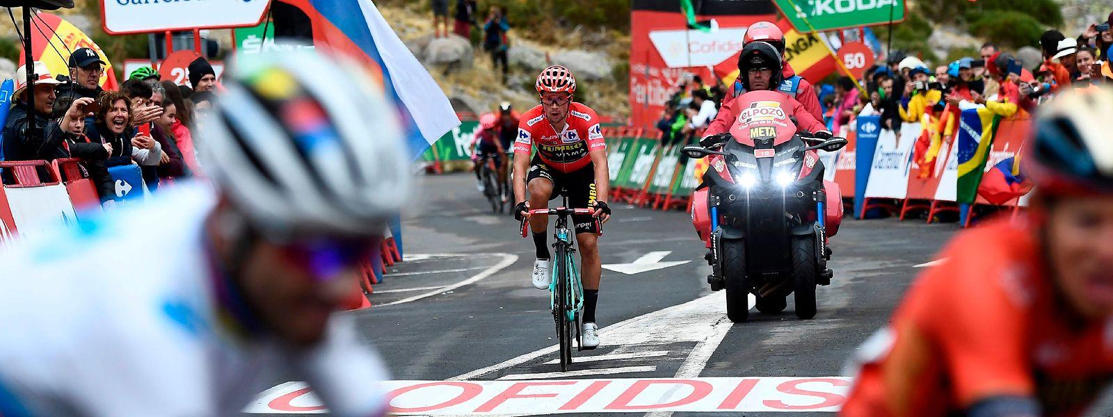 Primoz Roglic (Mitte) hat im Ziel nur wenige Sekunden Rückstand auf seinen ärgsten Verfolger Alejandro Valverde (vorne links).