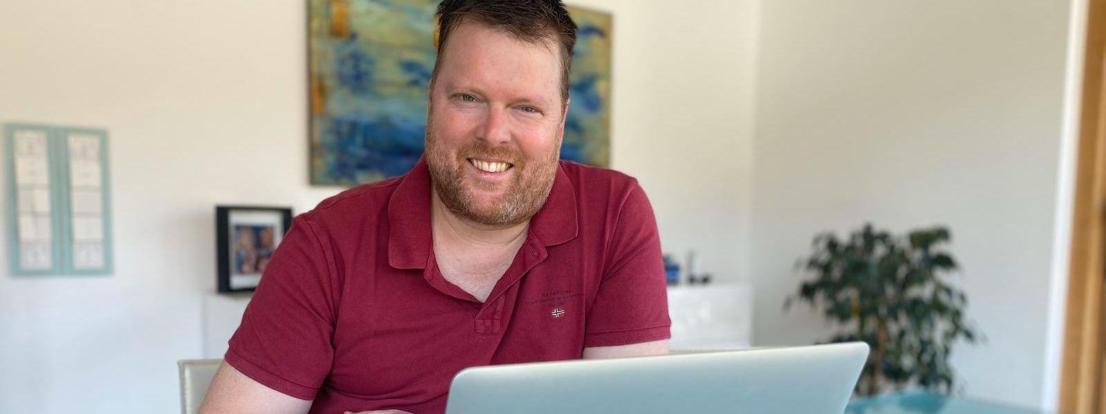 Michel Engel verbringt auch in der spielfreien Zeit täglich einige Stunden vor seinem Laptop.