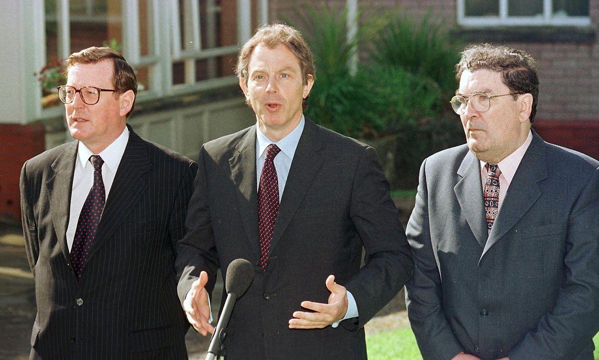 21. Mai 1998: Der britische Premierminister Tony Blair (mitte) mit David Trimble (links) und John Hume (rechts)