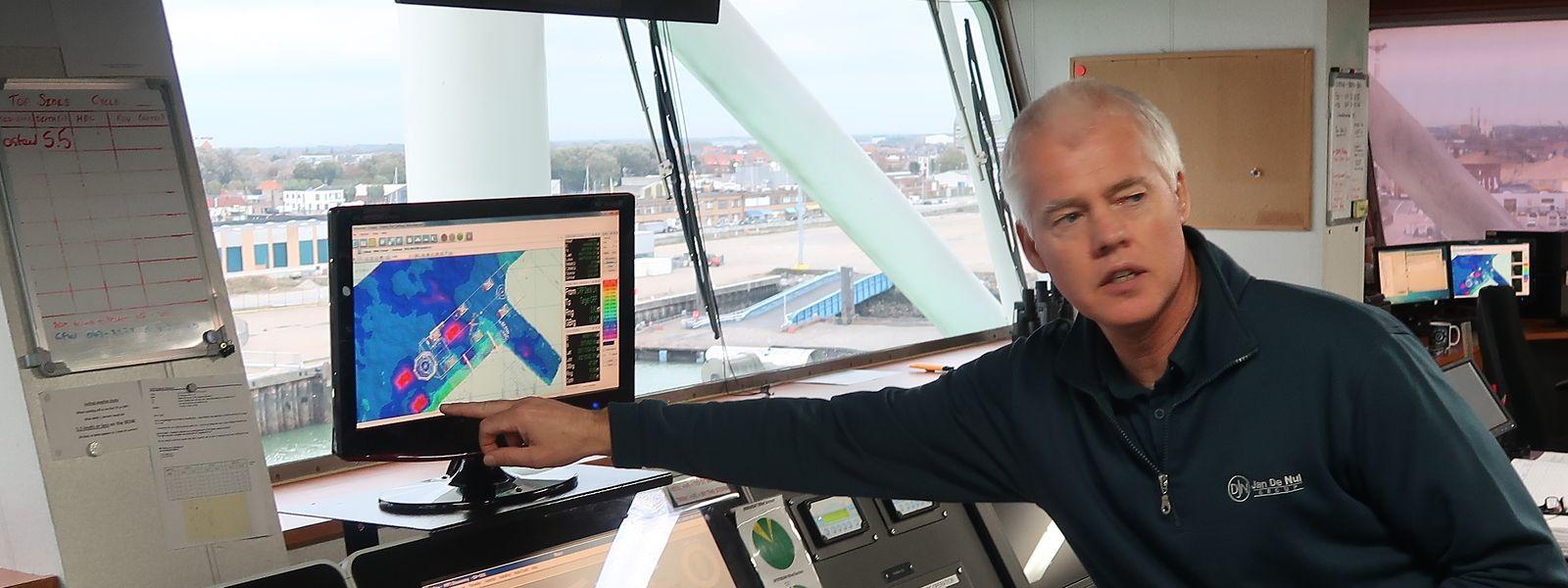Der Kapitan der Taillevent von Jan de Nul auf der Brücke: Die Schiffsbesatzungen müssen ständig trainiert werden.