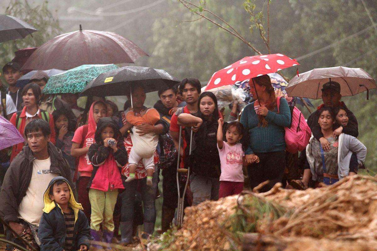 Familienangehörige von Bergarbeitern auf der Suche nach einem sicheren Ort.