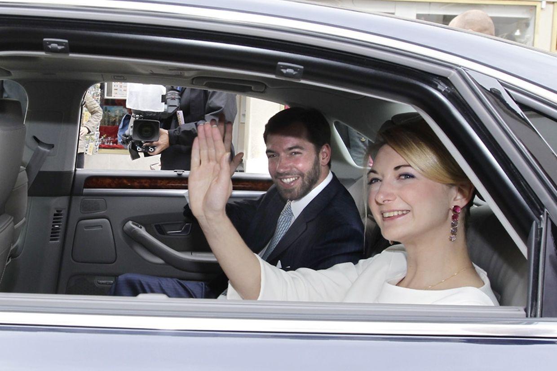 Le jeune couple quitte le palais.