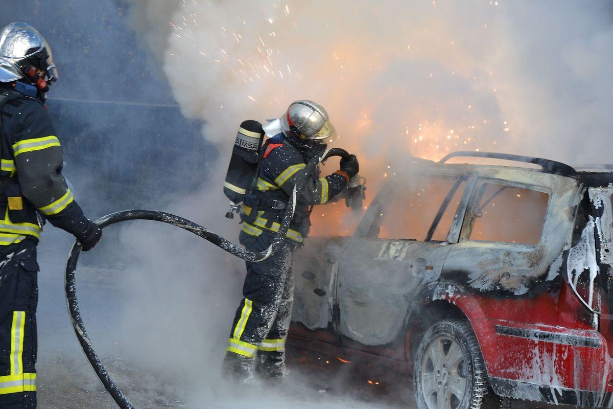 Als die Feuerwehr vor Ort eintraf, brannte das Auto lichterloh.