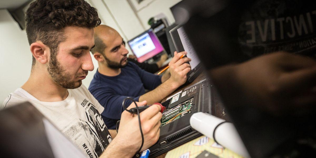 L'asbl Digital Inclusion propose des ateliers de recyclage de PC, de bricolage, d'apprentissage autonome de la langue française, etc. à des réfugiés qui tournent parfois en rond dans leurs foyers loin de la capitale.