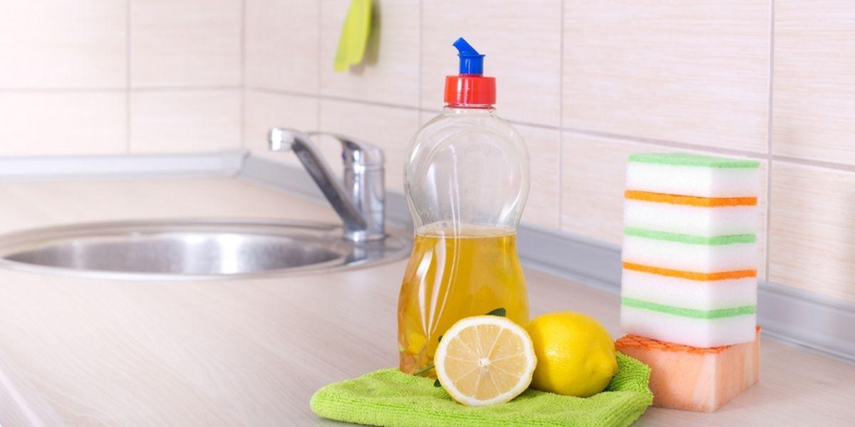 Certains produits peuvent être utilisés, mais les indispensables restent le bicarbonate de soude, le citron, le savon noir et le vinaigre blanc.