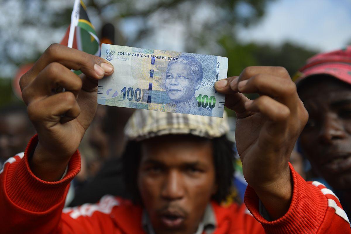 Südafrikas Zentralbank bringt zum Jubiläum neue Banknoten mit Mandelas Konterfei in Umlauf.