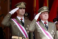 ARCHIV - 01.06.2008, Spanien, Saragossa: Juan Carlos (r), ehemaliger König von Spanien, und sein Sohn ehemaliger Kronprinz Felipe, salutieren bei einer Militärparade. Felipe, aktueller König von Spanien, hat nach einem neuen Skandal um seinen Vater drastische Maßnahmen ergriffen. (zu dpa «Neuer Skandal in Spaniens Casa Real: Felipe verzichtet auf sein Erbe») Foto: Javier Cebollada/epa/EFE/dpa +++ dpa-Bildfunk +++
