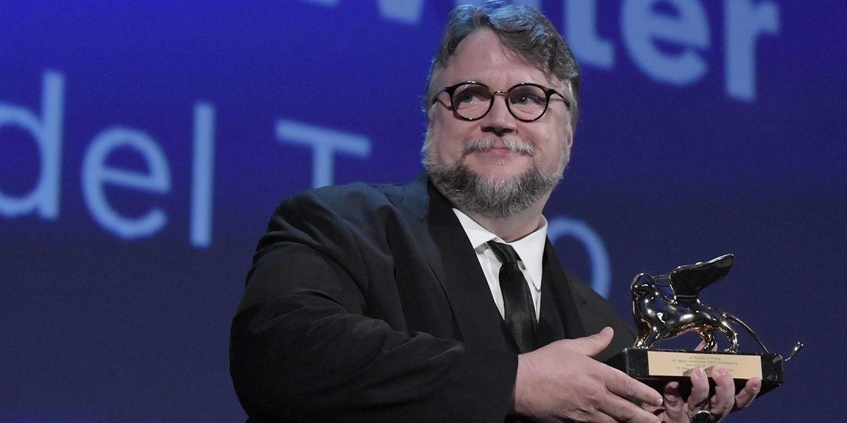Regisseur Guillermo Del Toro nimmt den Goldenen Löwen entgegen.
