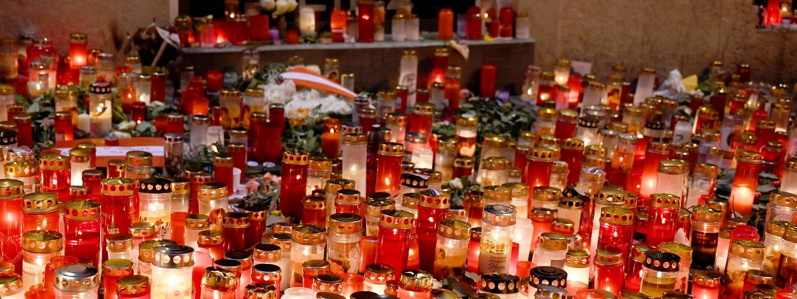 Ein Kerzenmeer in Wien erinnert an die Terrorismus-Opfer.